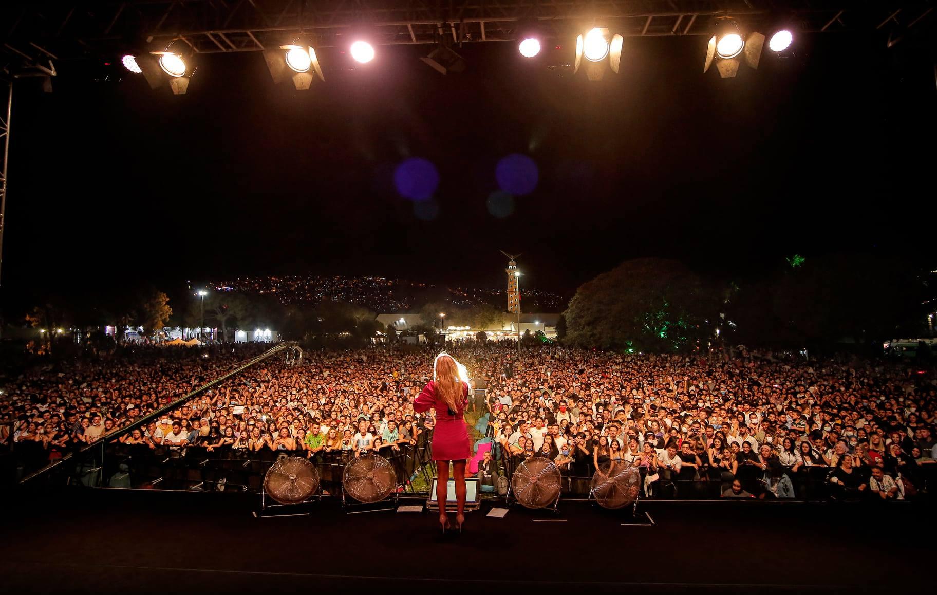 Bir bir veya daha fazla kişi, müzik enstrümanı çalan insanlar ve ayakta duran insanlar görseli olabilir